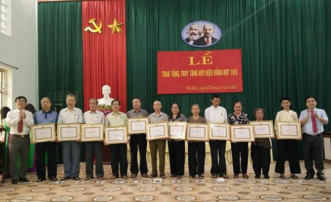 224 đảng viên được trao và truy tặng Huy hiệu Đảng dịp Quốc khánh 2-9