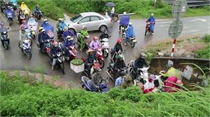 Ùn tắc giao thông tại các hầm chui dân sinh ở khu công nghiệp