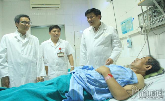 Phó Thủ tướng Vũ Đức Đam thăm bệnh nhân sốt xuất huyết tại Bệnh viện Nhiệt đới T.Ư