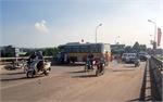 Va chạm giao thông, xe buýt mắc trên thành cầu Mỹ Độ