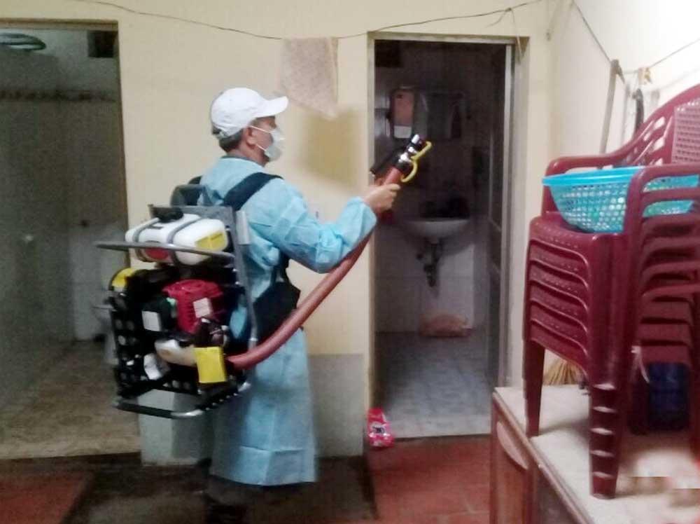 Nhân viên y tế phun hóa chất diệt muỗi tại ổ dịch ở thôn Tự, xã Bích Sơn (Việt Yên).
