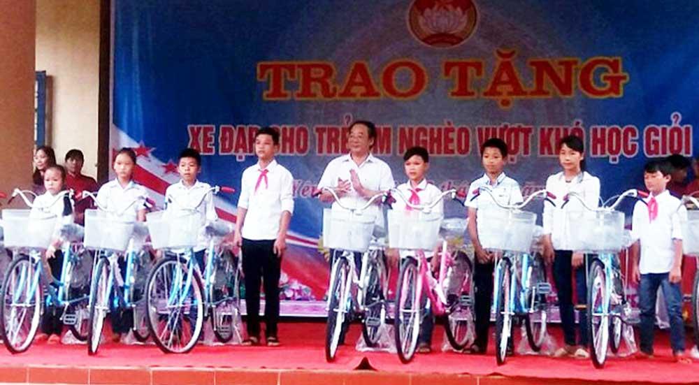 Ủy ban MTTQ,  Yên Thế,  tặng xe đạp, học sinh nghèo,  vượt khó