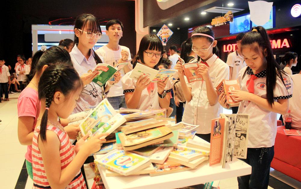 Gần 200 thiếu nhi được tặng sách, xem phim miễn phí