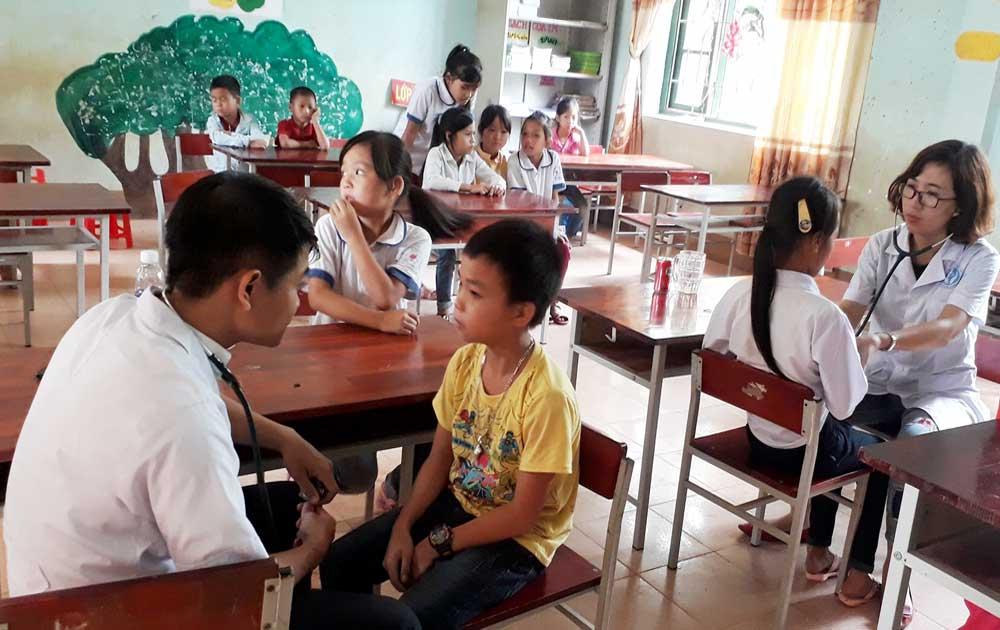 Khám sức khỏe miễn phí cho 400 trẻ em, người cao tuổi