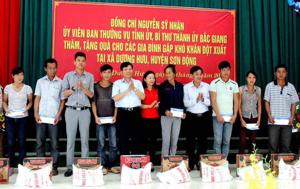 Hỗ trợ người dân bị ảnh hưởng do mưa lũ tại xã Dương Hưu