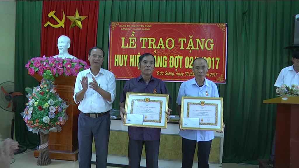 Yên Dũng: 171 đảng viên được trao tặng Huy hiệu Đảng dịp 2-9