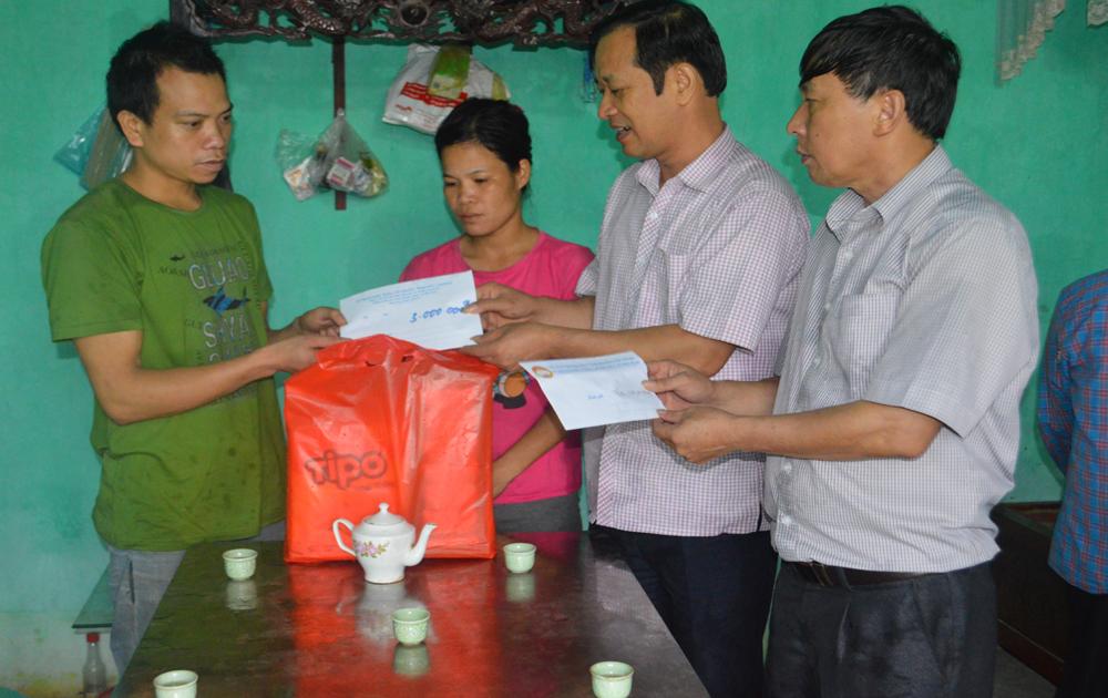 Ủy ban MTTQ tỉnh hỗ trợ 2 gia đình cháu nhỏ bị đuối nước tại xã Nam Dương