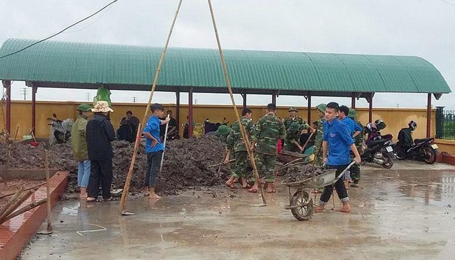 Đoàn viên thanh niên giúp Trường Mầm non xã Tiền Phong (Yên Dũng) cải tạo cảnh quan