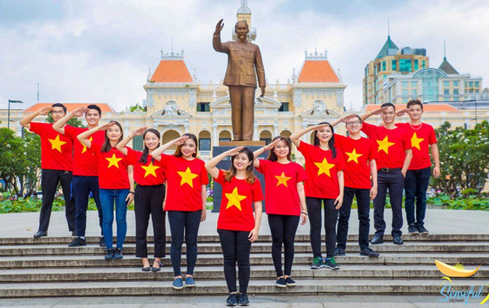 Đại biểu Tàu Thanh niên SSEAYP tôn vinh màu cờ Tổ quốc nhân ngày Quốc khánh