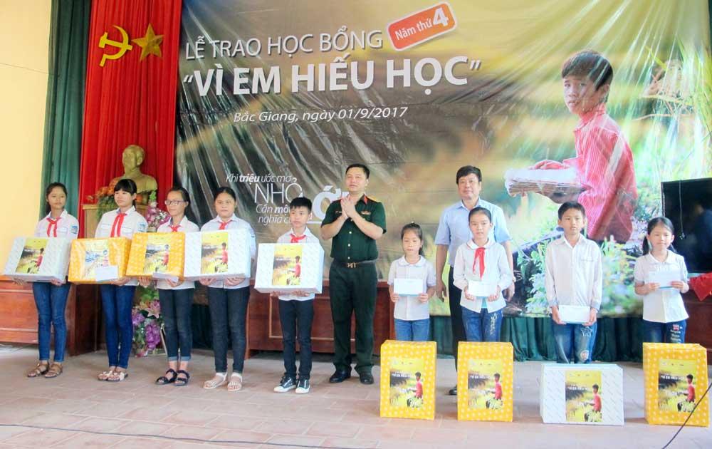 """Trao 50 suất học bổng """"Vì em hiếu học"""" ở huyện Lục Nam"""
