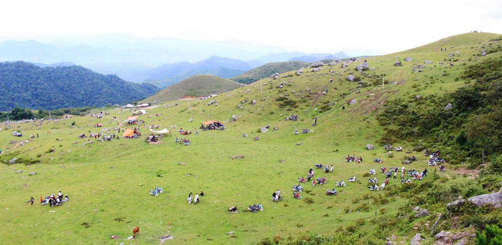 Hàng nghìn lượt người đến Khu du lịch Đồng Cao