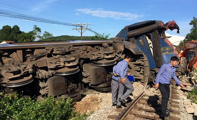 Tàu hỏa lật sau cú tông vào máy xúc