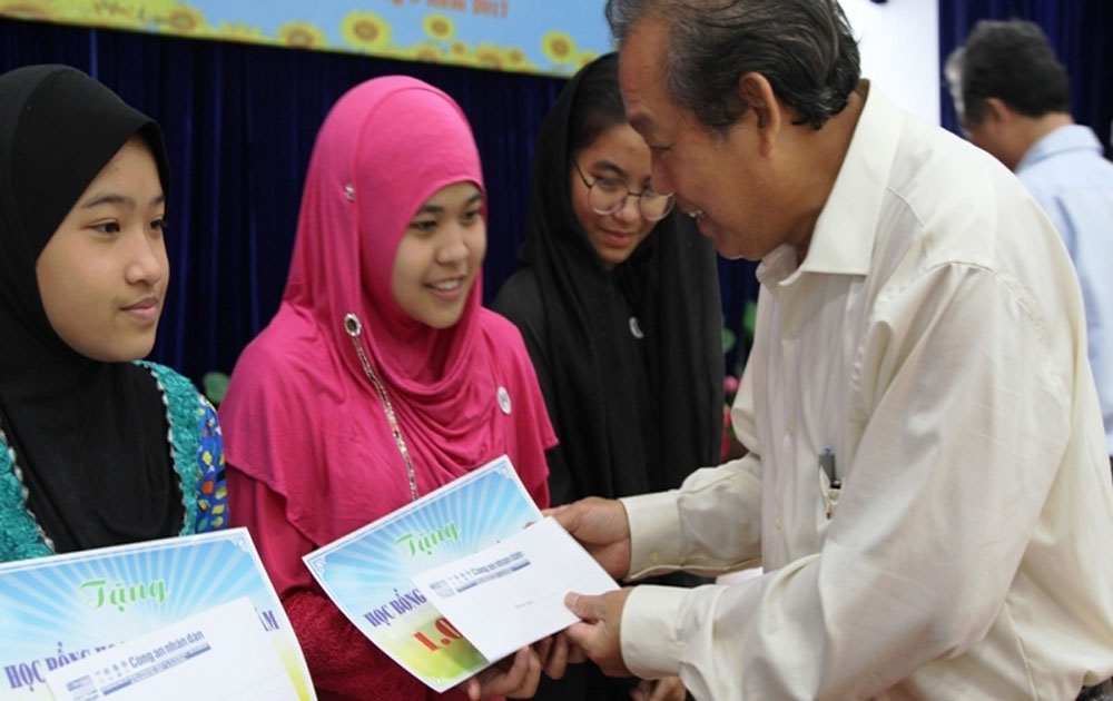 Deputy PM Binh presents scholarships to HCMC's poor students