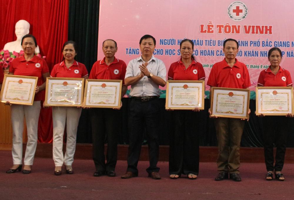 Tôn vinh 86 tập thể, cá nhân tiêu biểu tham gia hiến máu tình nguyện