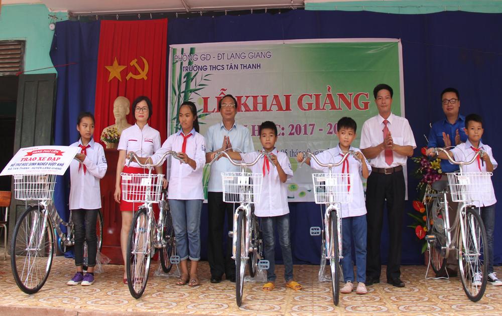 Tặng quà, học bổng cho 35 học sinh nghèo của Trường THCS Tân Thanh (Lạng Giang)