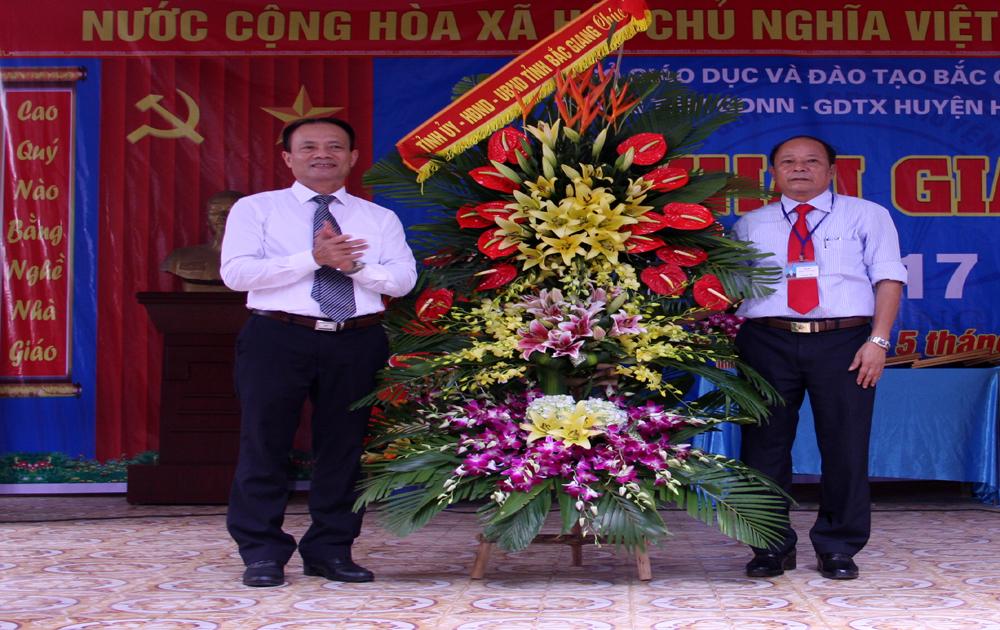 Trung tâm GDNN- GDTX huyện Hiệp Hòa được tặng Cờ đơn vị dẫn đầu phong trào thi đua