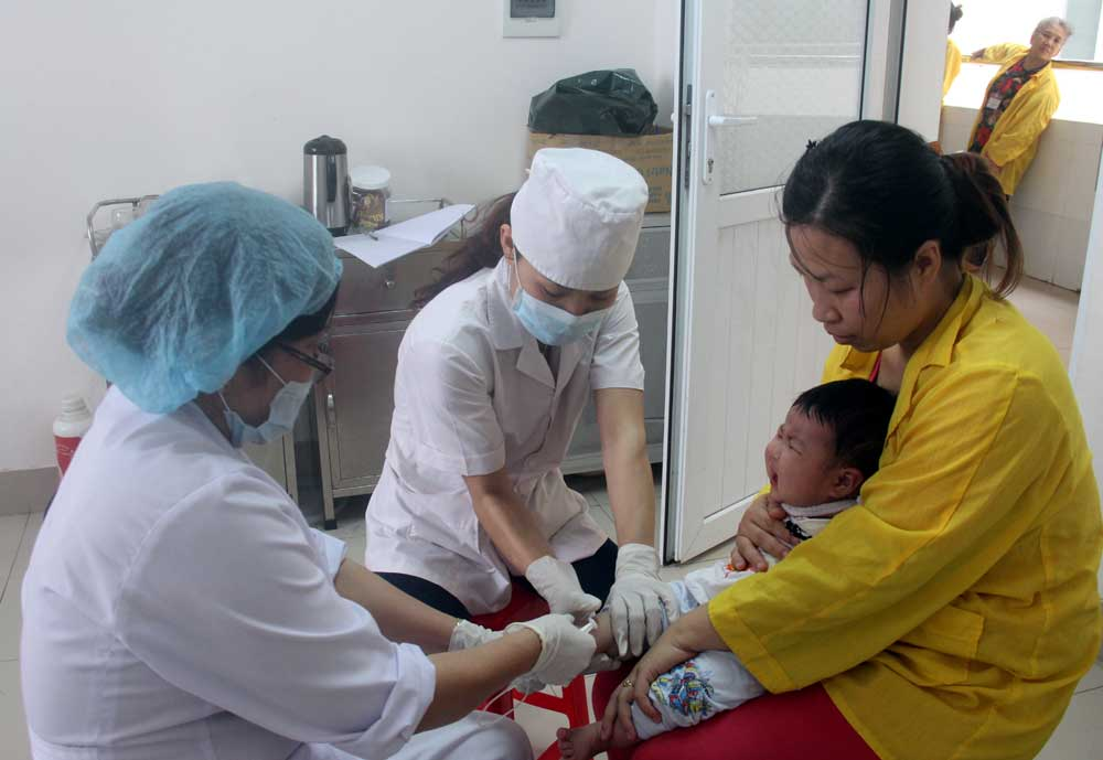 Tiêm phòng viêm não Nhật Bản tại Bệnh viện Sản- Nhi tỉnh.