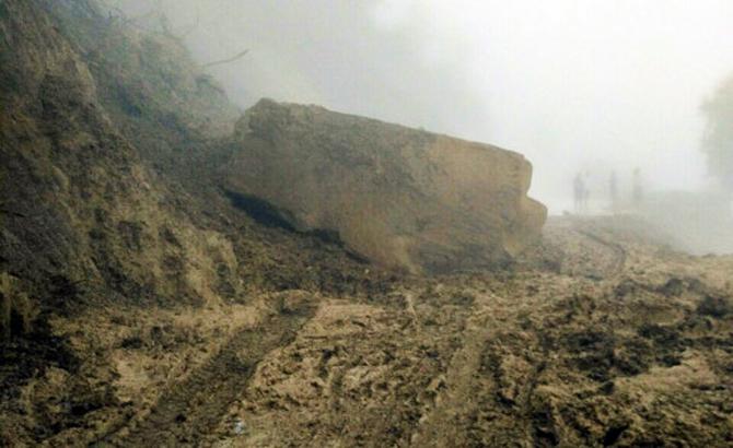 Đá lớn sạt xuống quốc lộ 12, huyện Điện Biên Đông lại bị chia cắt