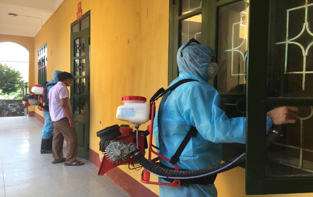 Phun hóa chất diệt muỗi tại trường học và nhiều xã