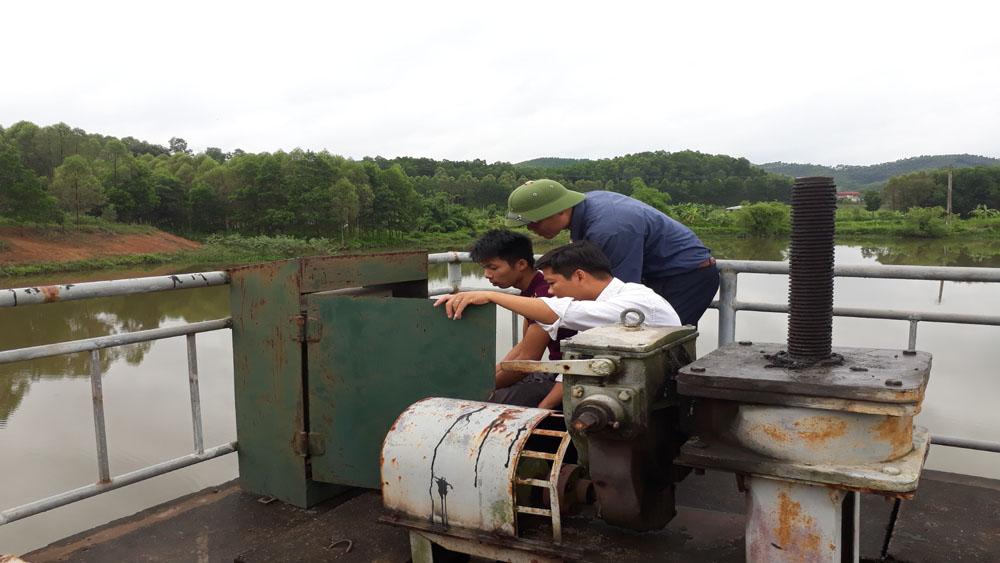 Công ty KTCTTL Yên Thế chủ động bảo vệ hồ, đập mùa mưa bão