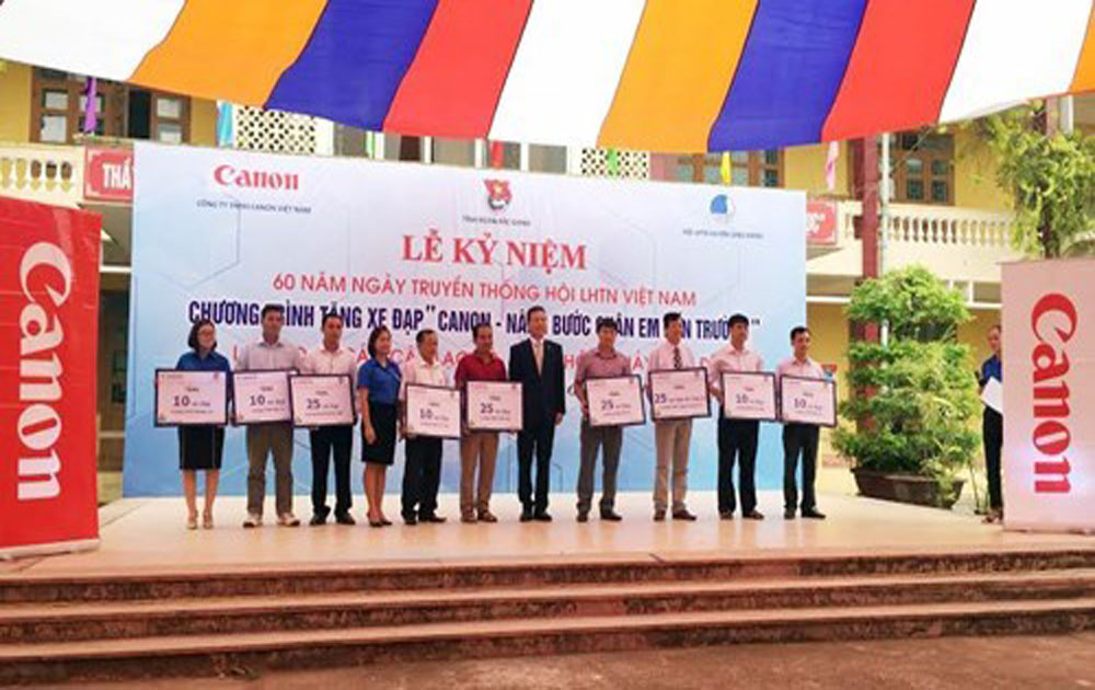 Canon presents bicycles to students in Bac Giang, Bac Ninh