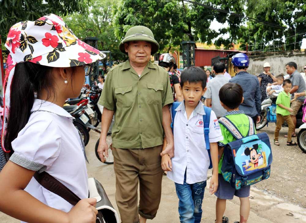 Người cựu chiến binh, chiếc xe,  đưa trẻ đến trường,  miễn phí
