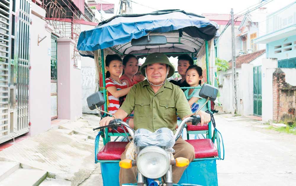 Người cựu chiến binh và chiếc xe đưa trẻ đến trường miễn phí