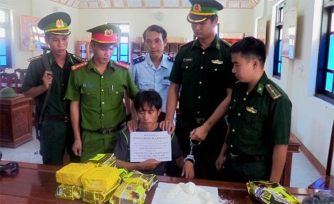 """Vượt rừng """"ôm"""" 10 kg ma túy đá về Việt Nam"""