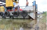 Xuất hiện nhiều váng dầu luyn trên sông Thương
