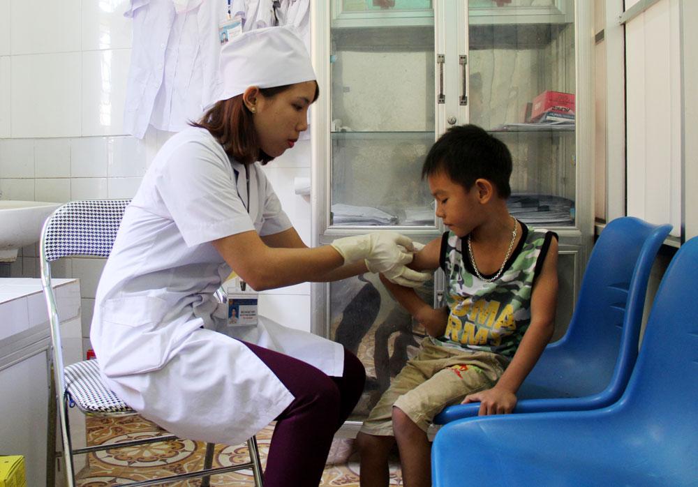 Bác sĩ Trung tâm Y tế huyện Lục Ngạn tiêm vắc-xin ngừa bệnh dại cho bệnh nhân nhi bị mèo cắn.