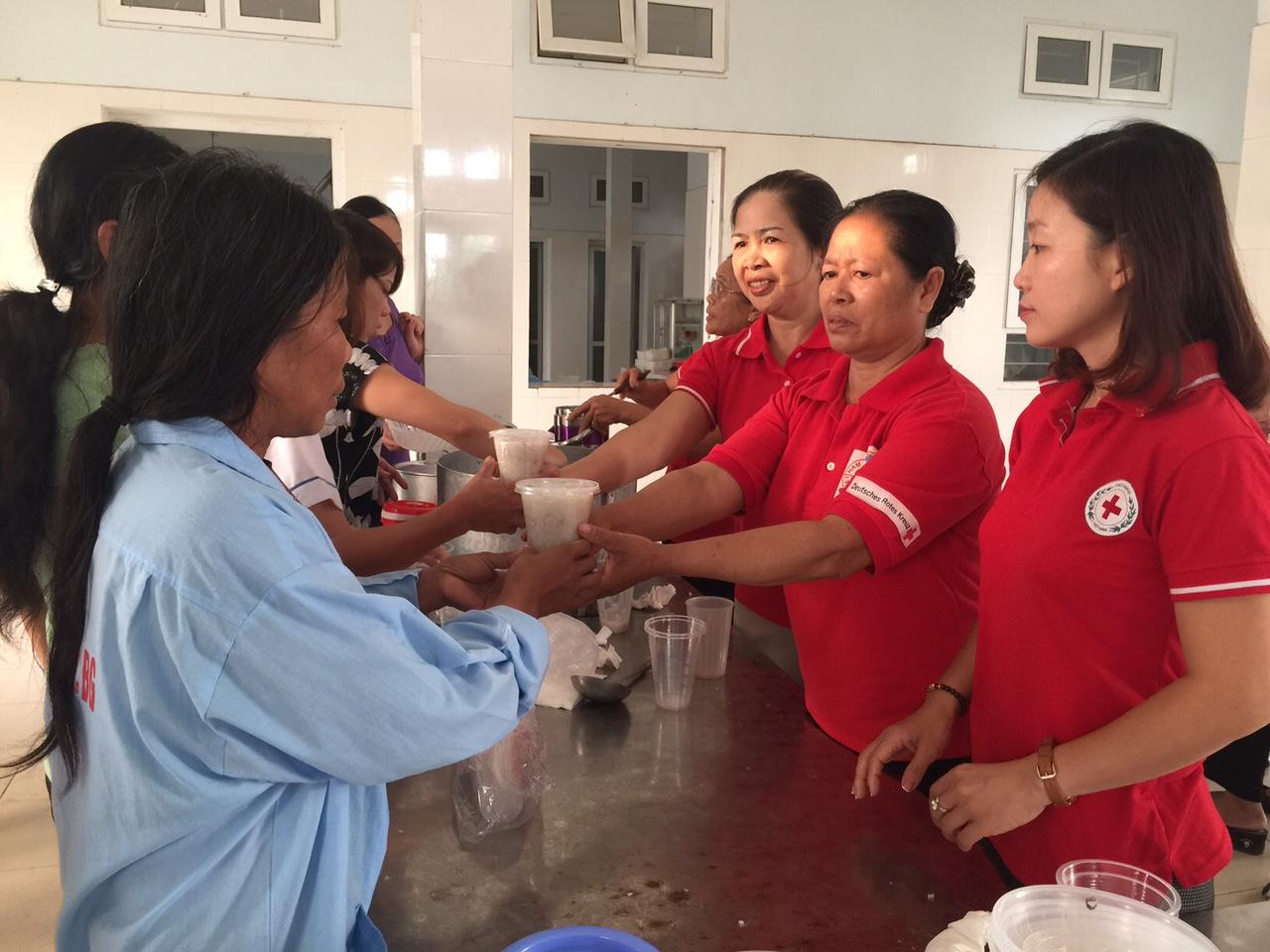 Phát cháo, miễn phí, bệnh nhân, Bệnh viện Tâm thần, tỉnh Bắc Giang