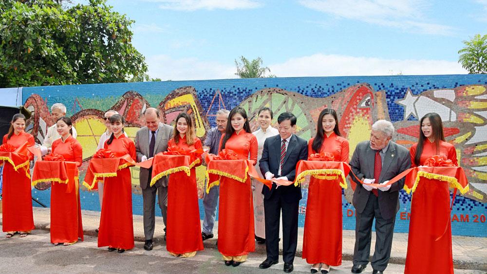 Chilean painter's work on Hanoi Ceramic Road unveiled