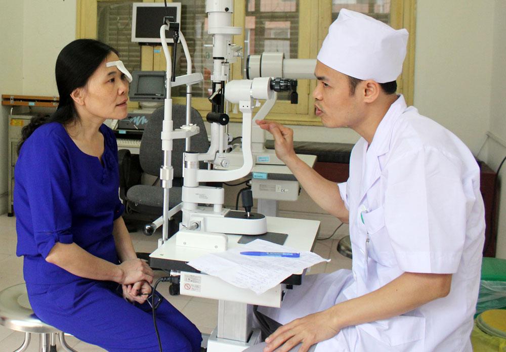 Bác sĩ Đặng Văn Hòa khám, tư vấn cho bệnh nhân sau mổ.