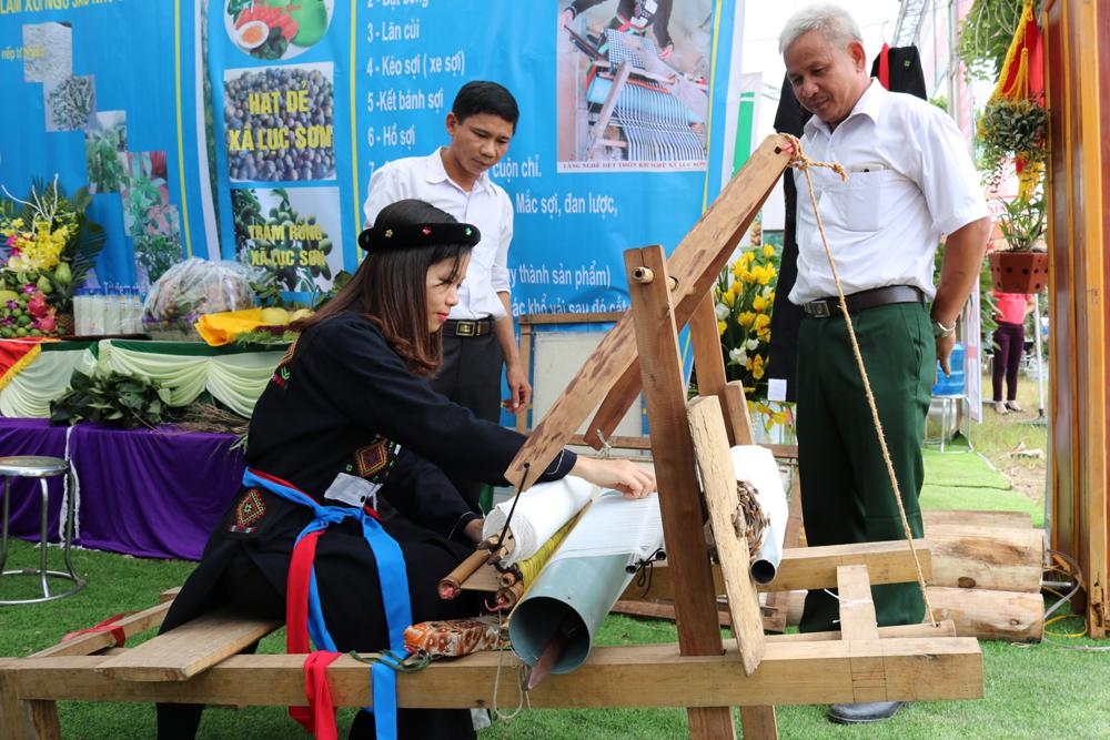 Tái hiện nghề dệt thổ cẩm của đồng bào dân tộc ít người xã Lục Sơn.