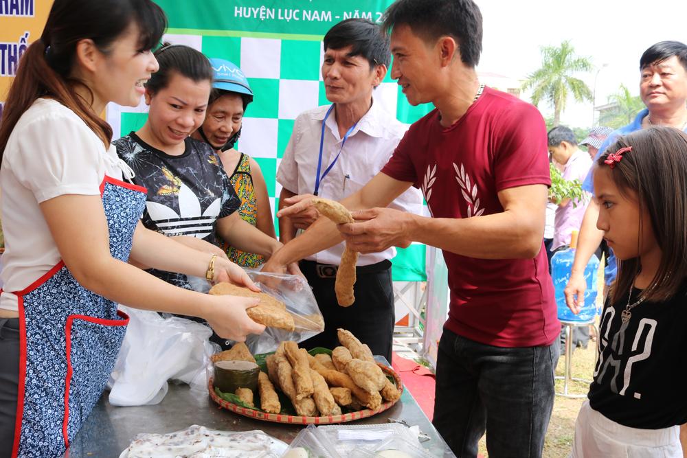 Hay mua chả giã tay của người dân thị trấn Lục Nam với giá 50 nghìn đồng/thanh.