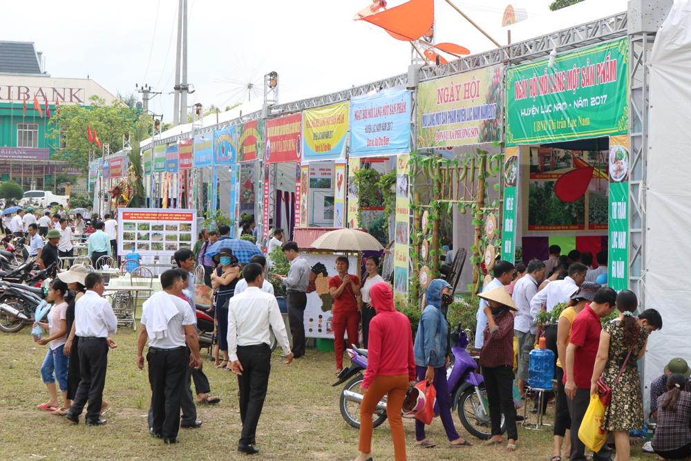 Mặc dù trời nắng nóng nhưng vẫn rất đông người dân đến với các gian trưng bầy sản phẩm đặc sắc này.