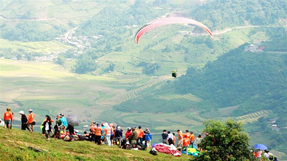 Over 100 pilots join paragliding festival in Yen Bai
