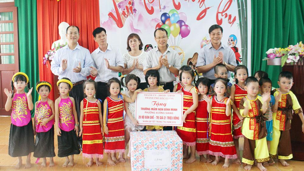 TP Bắc Giang: Tặng quà Tết Trung thu và hỗ trợ nhóm trẻ mầm non