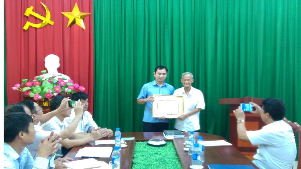 Ông Đào Quang Huy, xã Song Khê nhận Bằng khen của Ban Tuyên giáo T.Ư