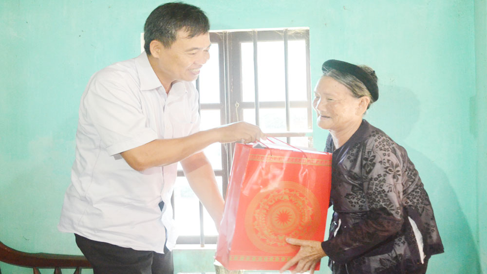 Provincial leaders visit and present gifts to the elder