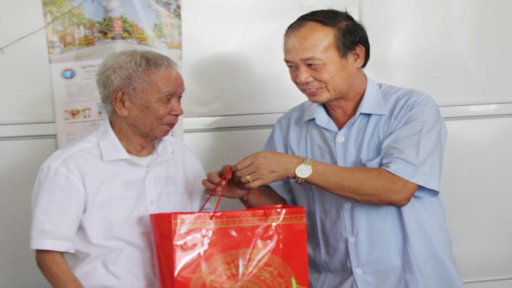 Đồng chí Thân Văn Khoa, Phó Bí thư Thường trực Tỉnh ủy thăm, tặng quà người cao tuổi huyện Tân Yên
