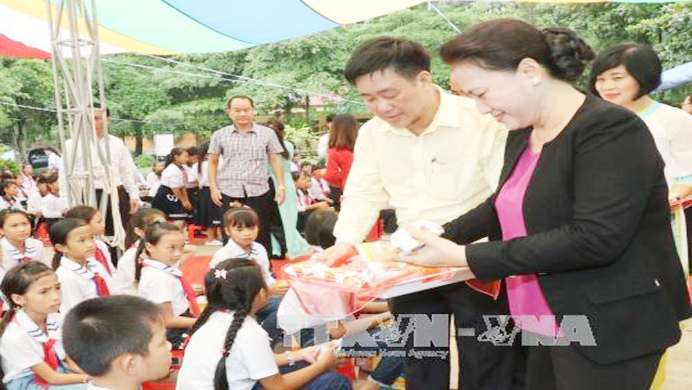 NA Chairwoman presents gifts to students in Tuyen Quang on moon festival