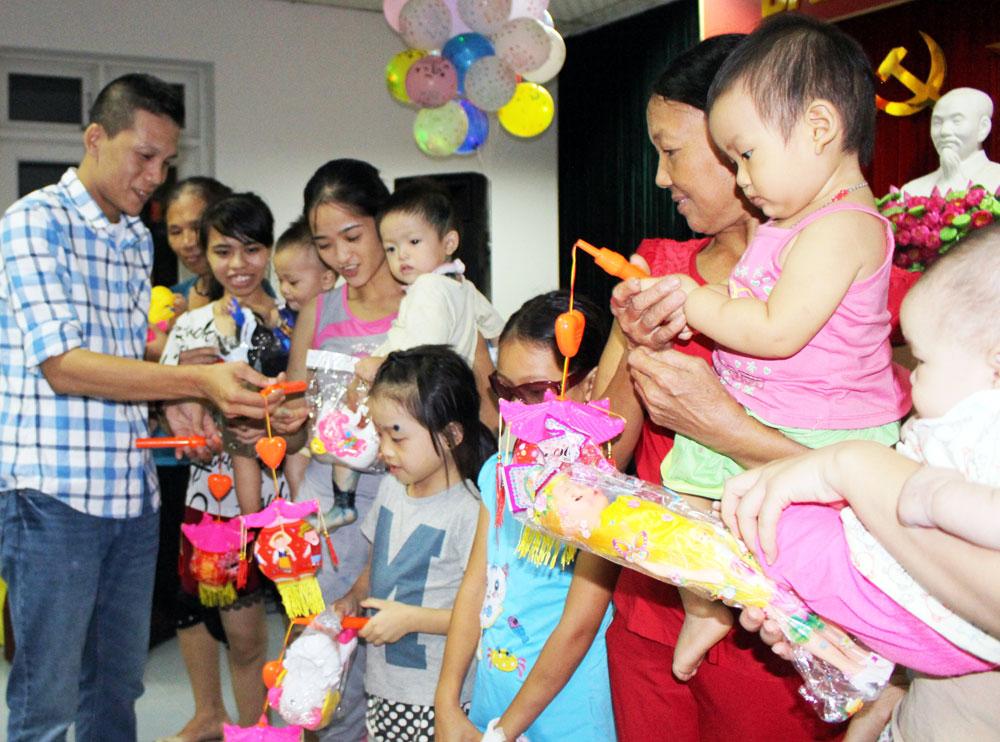 Đại diện nhóm thiện nguyện trao quà Trung thu cho các bệnh nhi.