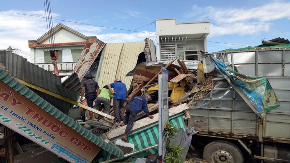 Xe chở gỗ dăm đâm sập 4 nhà dân