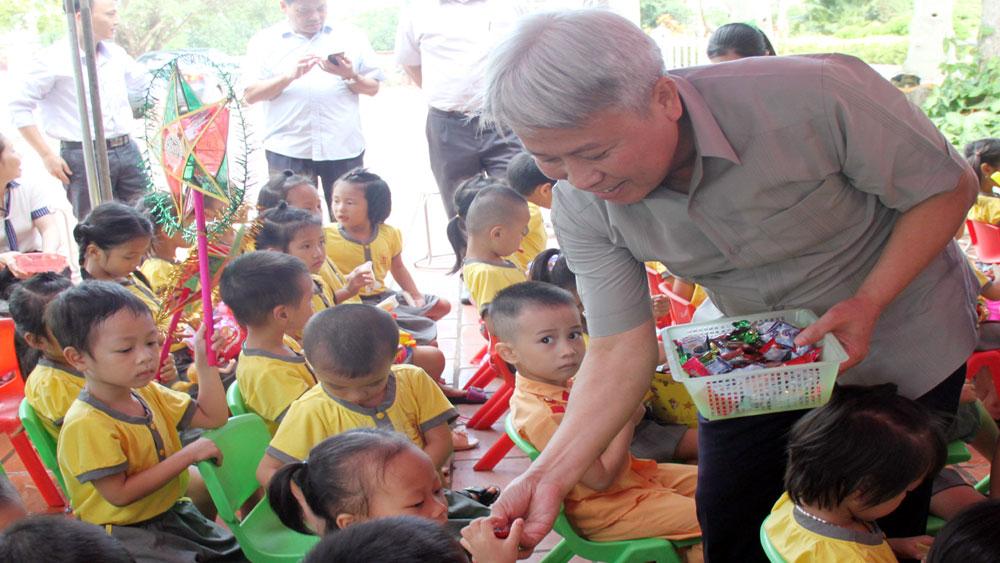 Phó Chủ tịch HĐND tỉnh Từ Minh Hải tặng quà học sinh Trường Mầm non Trù Hựu
