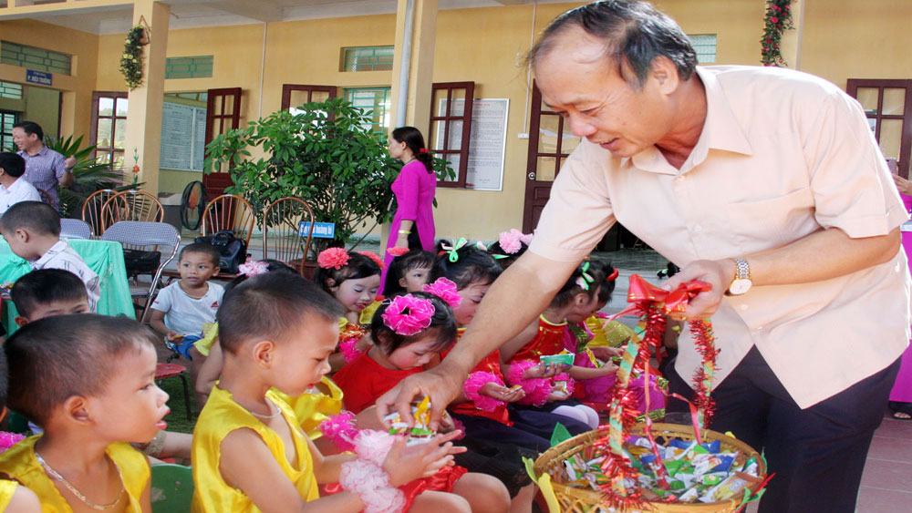 Provincial leaders visit and present gifts to children on Middle Autum Festival