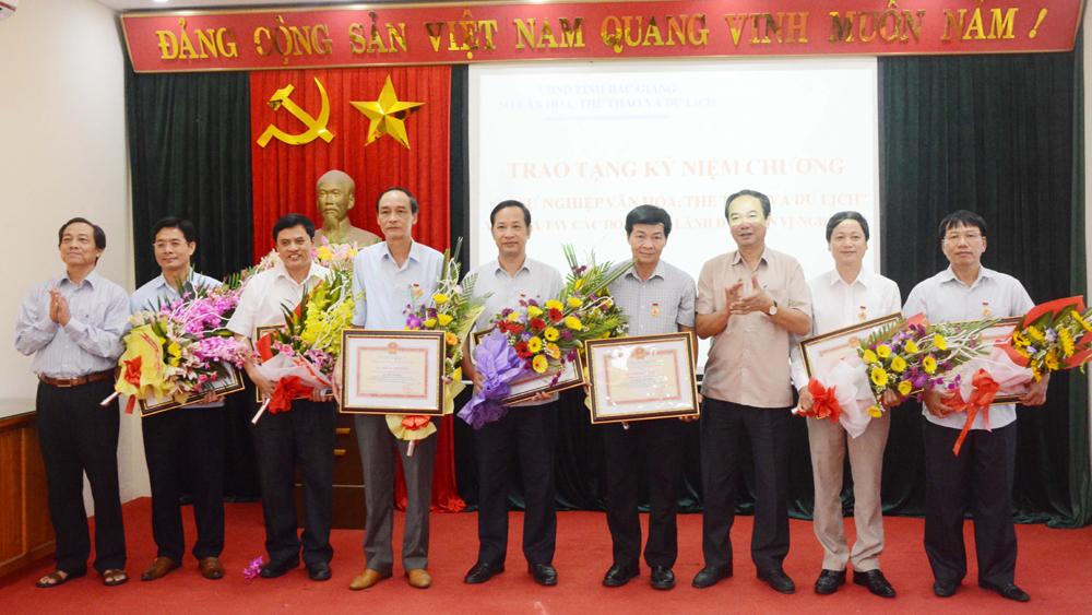 """Bắc Giang: Trao tặng Kỷ niệm chương """"Vì sự nghiệp Văn hóa, Thể thao và Du lịch"""""""