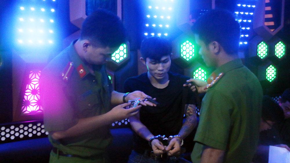 Phát hiện, bắt giữ nhiều đối tượng tàng trữ, sử dụng ma túy tại quán karaoke