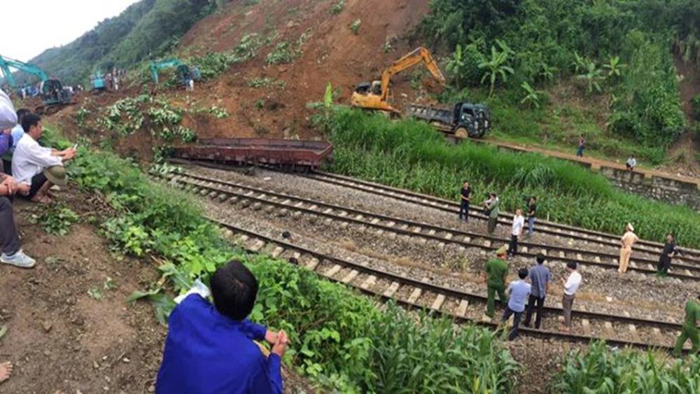 Đất đá vùi lấp toa xe, đường sắt Hà Nội-Lào Cai tê liệt tới 4 ngày