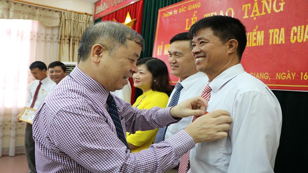 """Lãnh đạo Thành ủy trao Kỷ niệm chương """"Vì sự nghiệp Kiểm tra của Đảng"""""""